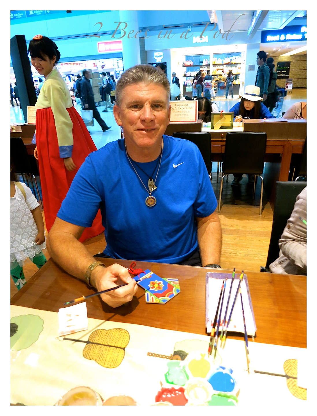 My Honey Bee even got in on the art action...free traditional arts and crafts at the Korean Cultural Center and the Seoul South Korea airport.