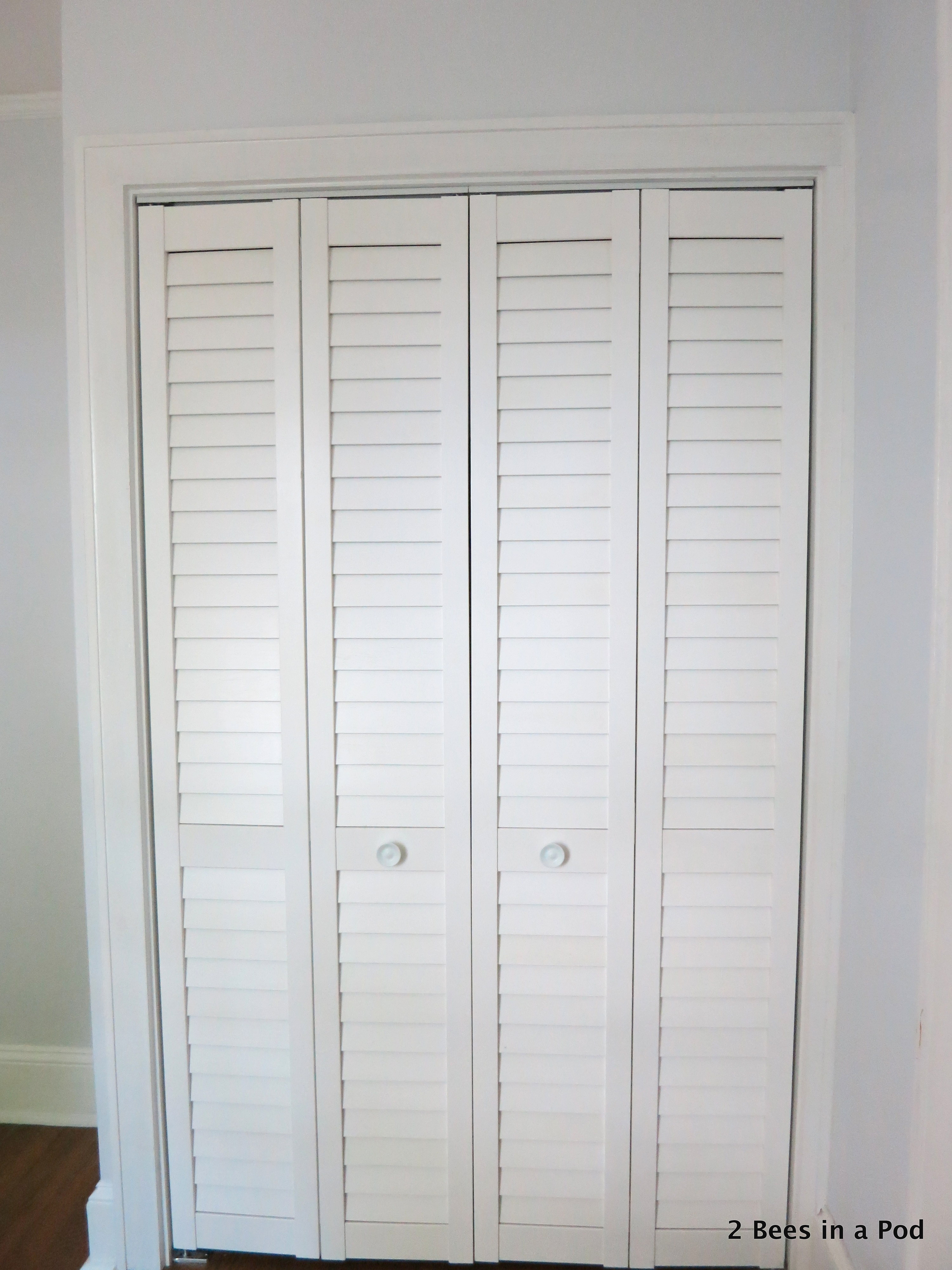 We can keep the laundry closet hidden with these two folding doors. They also take up less space.