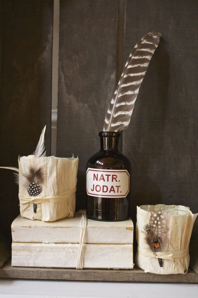 30 DIY Ideas for Fall. DIY Cornhusk Votives with Feathers. Easy to Make.