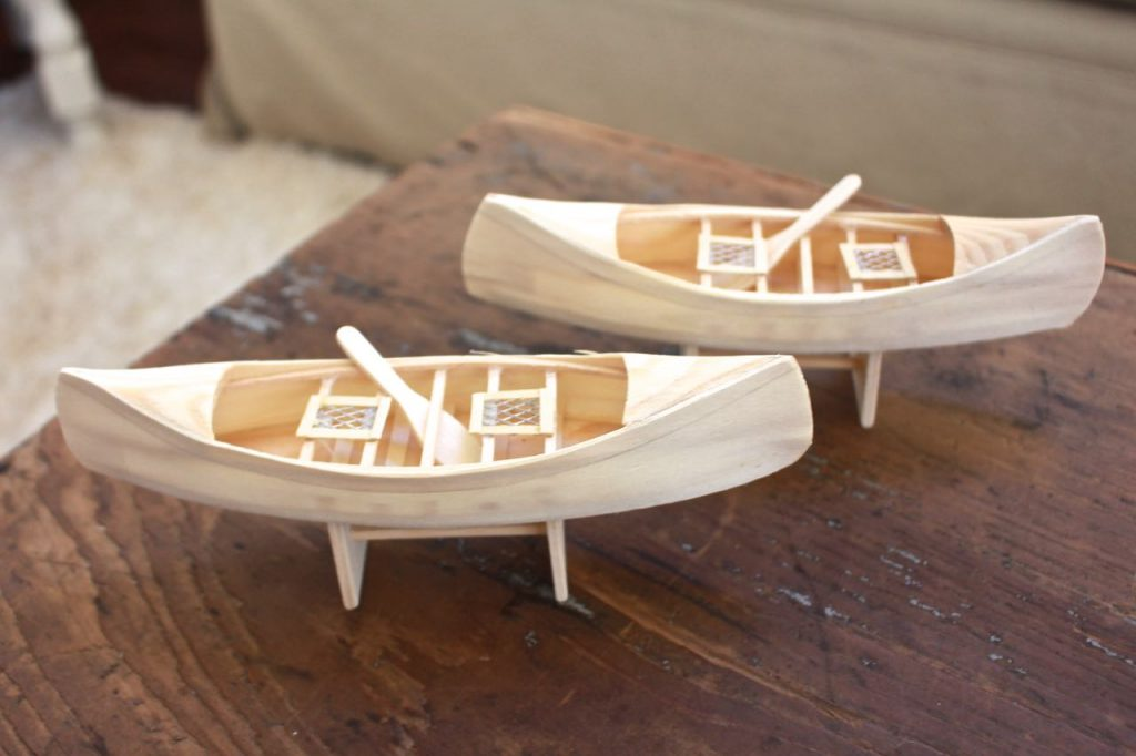 cute-wooden-caones-are-perfect-for-a-lake-house-christmas-tree