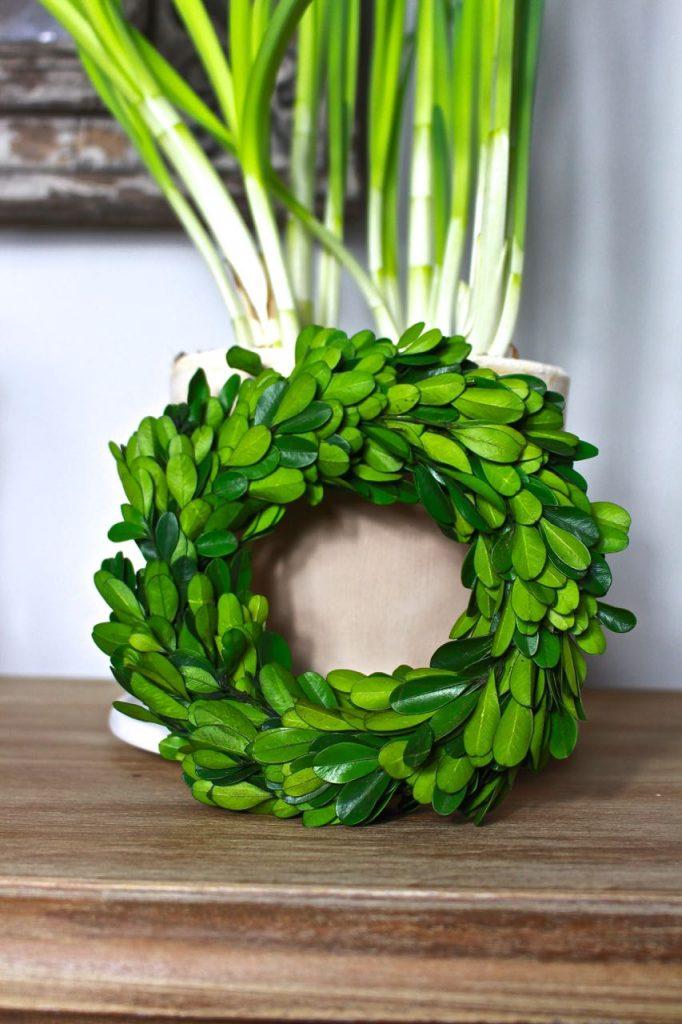 Christmas Entryway Decor. miniature-boxwood-wreath