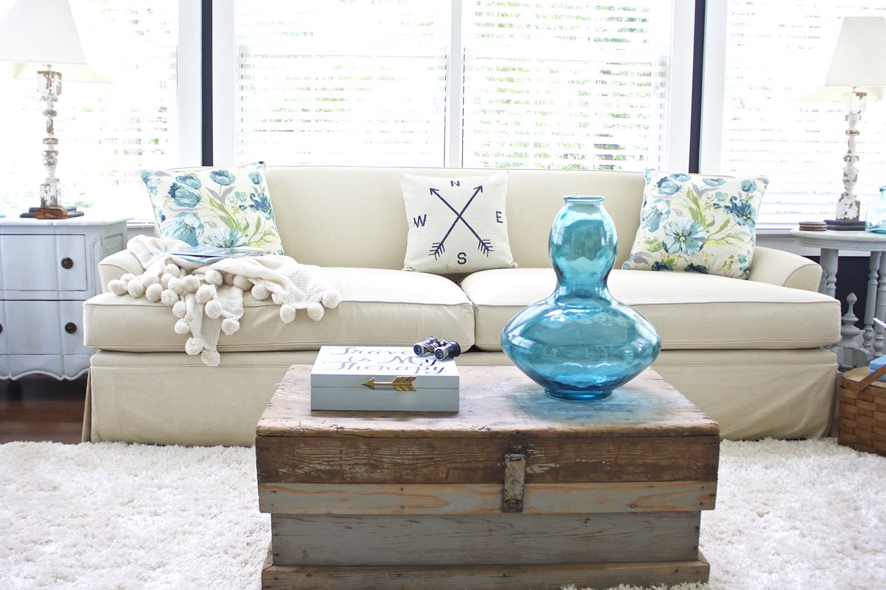 Sunroom Decor For Summer. Touches Of Aqua And Turquoise For Summer Decor In  The Living