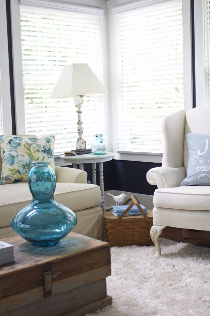 Sunroom decor for summer. Perfect colors of summer - navy, turquoise and aquar for summer decor.