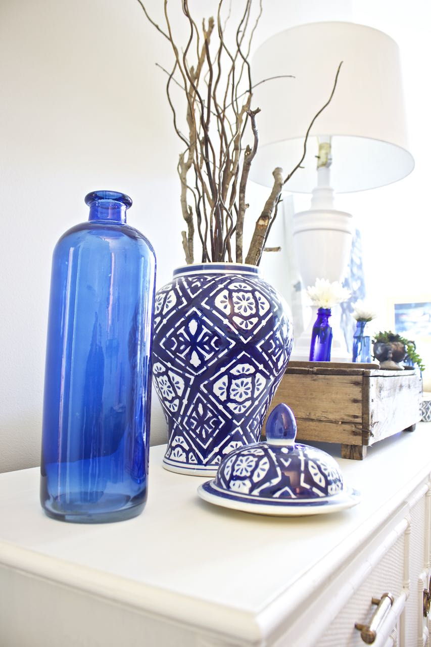 In my home they are currently displayed in my dining room on the sideboard in this blue and white ginger jar. & 8 Easy Free Fall Decorating Ideas - 2 Bees in a Pod